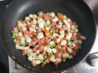 火腿青豆山药丁,直到水分收干,加鸡精或者味精,出锅