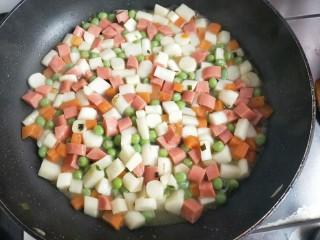 火腿青豆山药丁,加少量水,再加盐和少许生抽翻拌均匀