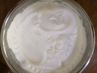 古早蛋糕,用电动打蛋器先快速后慢速,打至提起打蛋器有小弯钩出现的状态即湿性发泡状态。