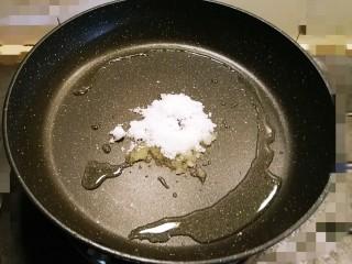 糖醋小排,另起油锅加入底油  放入白糖炒糖色