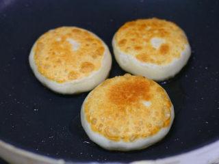 白萝卜丝馅儿饼,烙完一面再翻面烙另外一面,两面都烙至金黄即可出锅;