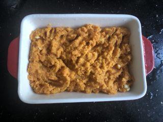 芝士焗红薯泥,把红薯泥倒入烤盘里。