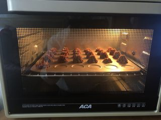 可可曲奇,aca烤箱130度上下管先预热,然后把饼干放入中层烤40分钟左右即可。(根据自家烤箱控制温度和时间。)