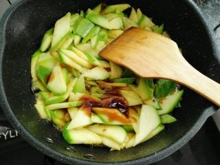香辣西葫,炒三十秒后放入盐,生抽,耗油