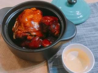 蹄焖鸡,咬一口猪蹄软烂而不失筋道、喷香又不油腻,咬一口鸡肉,鸡汁保留的完好,满口香嫩多汁的鸡肉特别嫩!而且两种食材的碰撞体现在蹄焖鸡这一道菜里,能吃出两种不同肉的风味,完美~  蹄焖鸡相信大家应该都没有吃过,快来尝试一下吧~