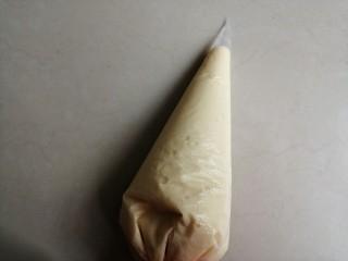 酵母版炼奶松饼,装入裱花袋中,也可以用汤勺