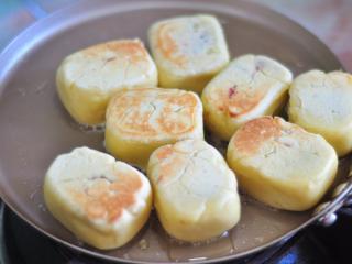 爆浆紫薯仙豆糕,平底煎锅里倒一点油,放入仙豆糕,小火煎至四面金黄即可。趁热吃就可以拉出完美的长丝了。