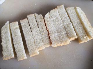 脆香吐司条,切成吐司条,尽量粗细一致,这样烤出来一是美观,二是熟的程度一致,