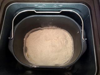 植物油版吐司,先将牛奶和色拉油倒入面包机里,再打入一个鸡蛋,接着对角放糖和盐,高筋面粉放最上面,中间放上酵母,启动和面程序,揉至可以拉出大片薄膜为止,