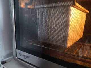 植物油版吐司,盖上吐司盒,如果不盖吐司盒可以在表面刷薄薄一层全蛋液,这样烤出来的吐司颜色漂亮,烤箱预热,上下火,最下层,180度烤40分钟,