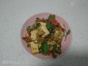 羊肉、菜椒、豆腐炒槐花骨累