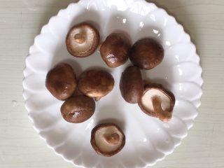 香菇酿虾丸,香菇洗净