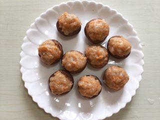 香菇酿虾丸,虾丸挤圆形放香菇上,水开上锅蒸20分钟即可