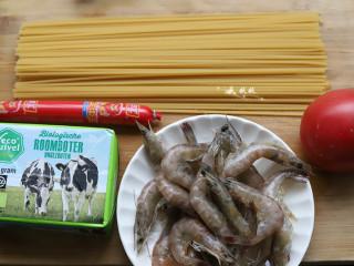 番茄虾仁意大利面,准好需要的食材,火腿肠可有可无,如果有洋葱更好,也可以加几只芦笋进来。