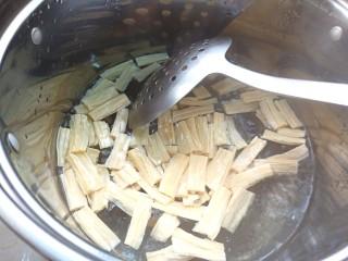 黄瓜腐竹大拌菜,把腐竹用开水焯一下