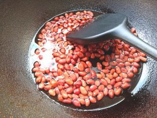 黄瓜腐竹大拌菜,凉油下花生米炸酥捞出备用