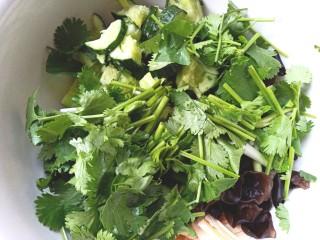 黄瓜腐竹大拌菜,加入香菜,香葱