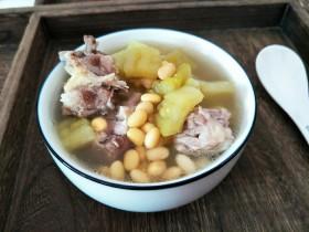 想要消暑除热的,你需要苦瓜黄豆排骨汤