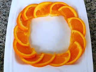 蒜蓉荷兰豆,橙子切成片状摆入盘中做装饰