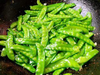 蒜蓉荷兰豆,所有调味料炒匀入味即可出锅享用