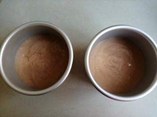 4寸可可蛋糕,分别倒入两个4寸的阳极活底蛋糕模具里,在桌面上震出气泡