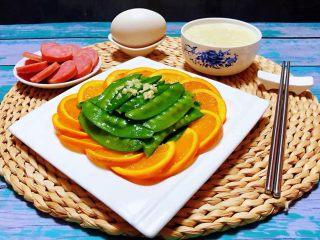 蒜蓉荷兰豆,搭配香肠、鹅蛋、大米粥就是标配的营养早餐