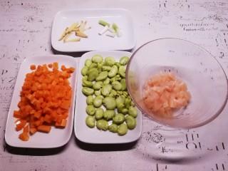 鸡丁炒蚕豆,蚕豆清洗干净  鸡肉解冻后切丁 香葱切小段  胡萝卜切丁