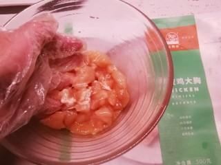 鸡丁炒蚕豆,反复抓拌均匀