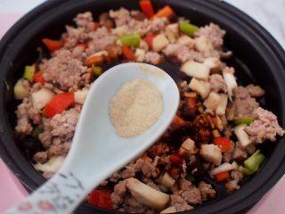 香菇肉酱拌面,加入胡椒粉