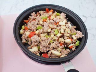 香菇肉酱拌面,翻炒均匀