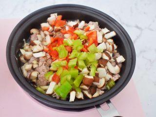 香菇肉酱拌面,加入青红椒