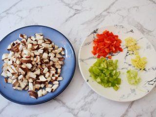 香菇肉酱拌面,香菇去蒂洗净切丁,青尖椒洗净切丁,红尖椒洗净切丁,葱蒜姜切末备用