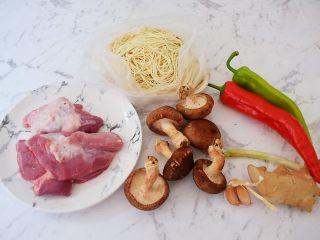 香菇肉酱拌面,准备好材料