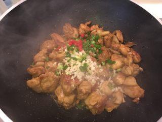咖喱柠檬鸡,掀盖后加入蒜末、辣椒末、葱花,快火快炒