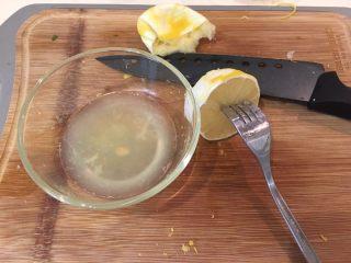 咖喱柠檬鸡,柠檬对切后,用叉子帮忙把汁挤出