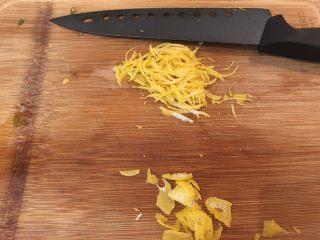 咖喱柠檬鸡,将柠檬片切细丝备用