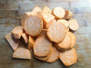红薯酒酿丸子,首先把红薯削去外皮,清洗干净切成小块待用。