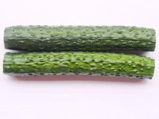 低脂爽脆开胃下饭的腌黄瓜条,去掉头和尾。
