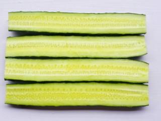 低脂爽脆开胃下饭的腌黄瓜条,对半切开。