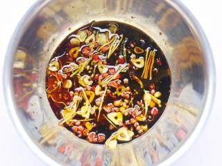低脂爽脆开胃下饭的腌黄瓜条,倒入调好的料汁中,充分拌匀。