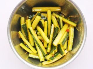 低脂爽脆开胃下饭的腌黄瓜条,用筷子把黄瓜夹入调料汁里,拌匀,腌制4小时以上,中途翻动几次。