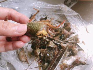 十三香小龙虾,用剪刀把头部剪了,反复清洗干净