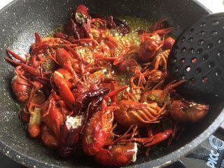 十三香小龙虾,小龙虾炸至变色