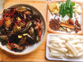 十三香小龙虾,小龙虾(用厨房纸巾擦一下,不然过油炸的时候会溅到身上)、年糕、葱姜蒜、花椒八角、香叶桂皮、干辣椒