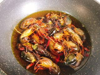十三香小龙虾,油温不是特别热的时候放入小龙虾