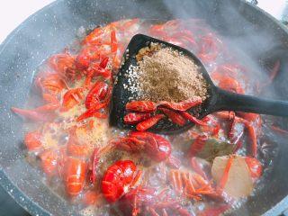 十三香小龙虾,放入盐、鸡精、十三香、料酒、生抽、味极鲜、干辣椒(喜欢吃辣多放些辣椒)翻炒均匀