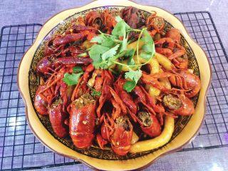 十三香小龙虾,装盘、放上香菜