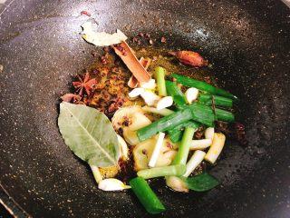 十三香小龙虾,放入葱姜蒜、花椒八角、香叶桂皮炒香