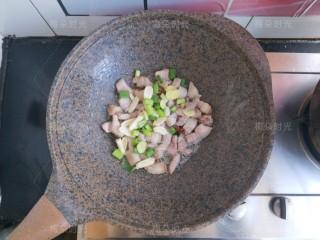 豆角焖面,把葱姜蒜倒进去,再加一粒八角,几粒花椒,干辣椒少许。炒出葱香味。