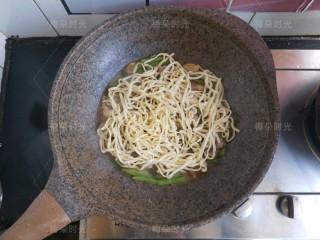 豆角焖面,把面铺在蔬菜表面。